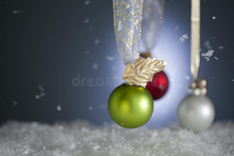 Ornamenti di natale dello Snowy fotografia stock libera da diritti