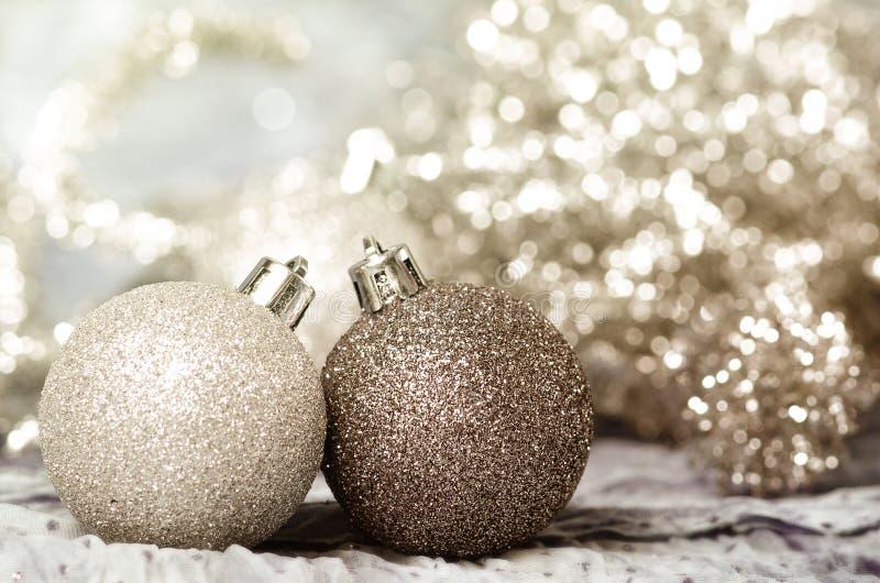 Ornamenti di Natale di oro e di argento immagini stock libere da diritti
