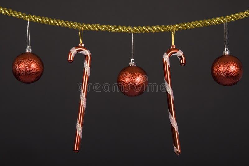 Ornamenti di natale e canne di caramella. immagini stock