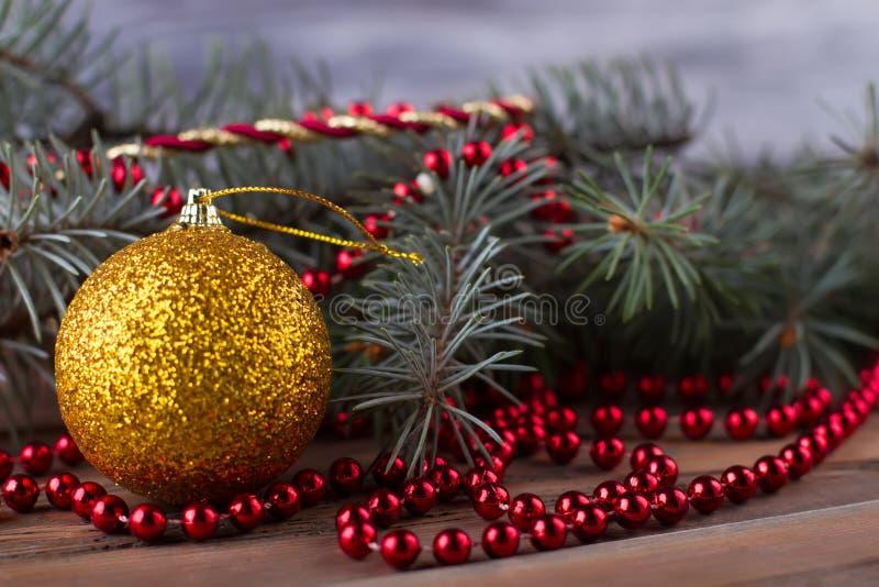 Ornamenti di Natale e ramo dell'abete fotografia stock