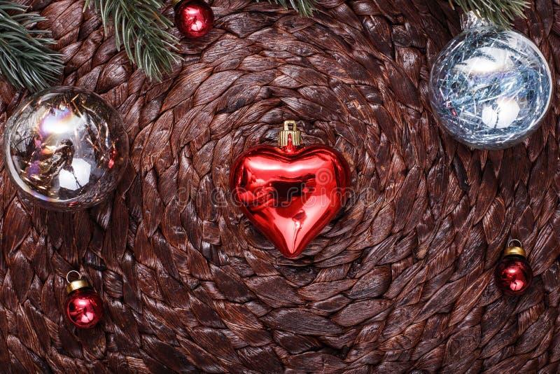 Ornamenti di Natale ed albero di natale sul fondo scuro di festa Tema e buon anno di natale fotografia stock libera da diritti