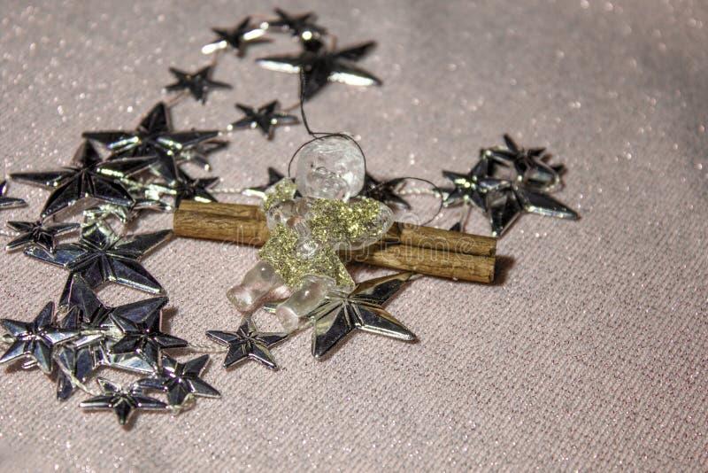 Ornamenti di Natale di piccoli angeli e delle stelle fotografia stock