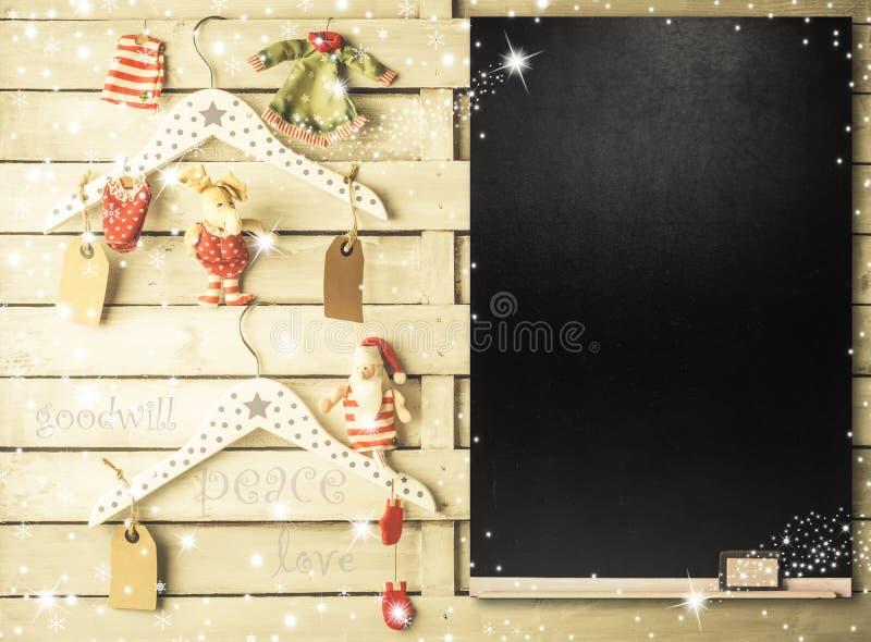 Ornamenti di Natale sui ganci con lo spazio della copia fotografia stock