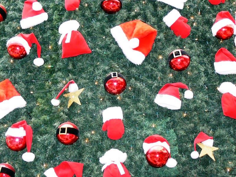 Ornamenti di natale sull'albero immagini stock libere da diritti