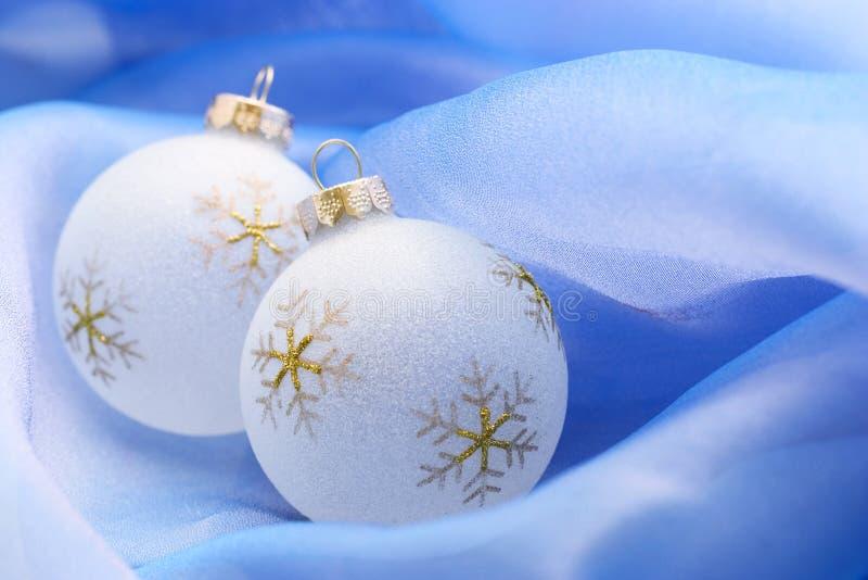 Ornamenti di natale sull'azzurro immagine stock