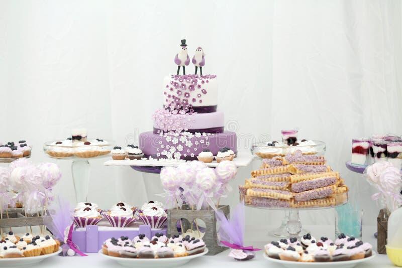 Ornamenti e dolci della tavola di nozze delle decorazioni fotografia stock