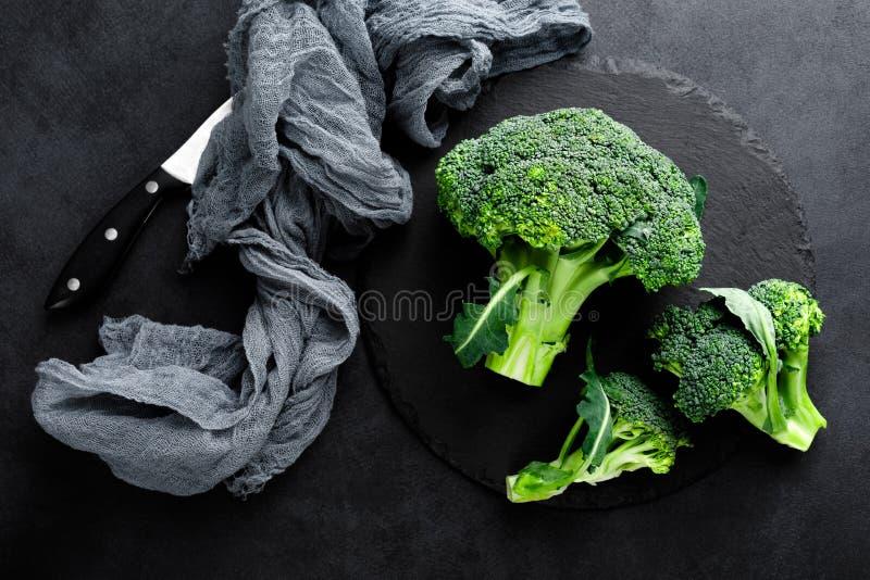 Ornamenti freschi dei broccoli su fondo nero fotografie stock libere da diritti