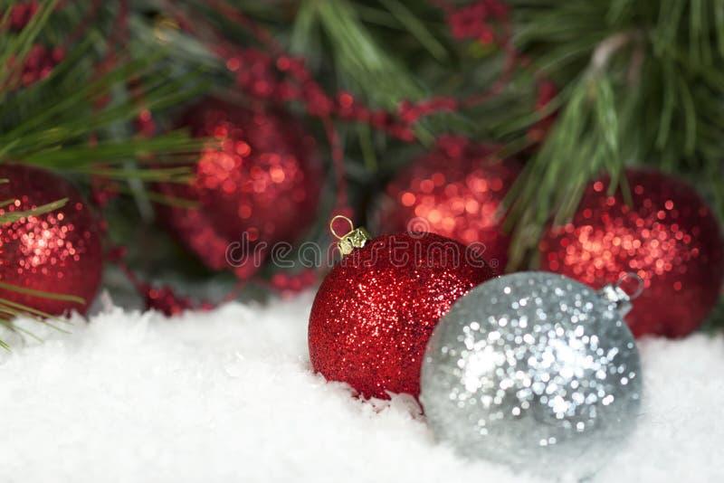 Ornamenti frizzanti rossi di Natale fotografia stock libera da diritti
