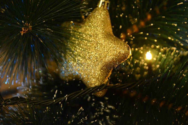Ornamento amarelo e brilhante do Natal na forma da bola foto de stock