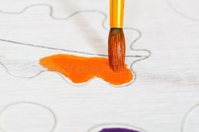 Ornamento anaranjado de pintura en la lona de seda imagenes de archivo