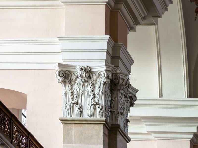 Ornamento bonito da coluna no interior da igreja imagem de stock