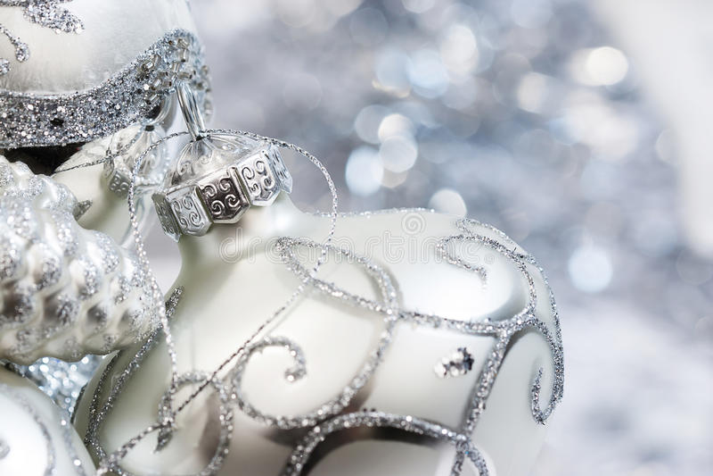 Ornamento brancos e de prata do marfim do Natal