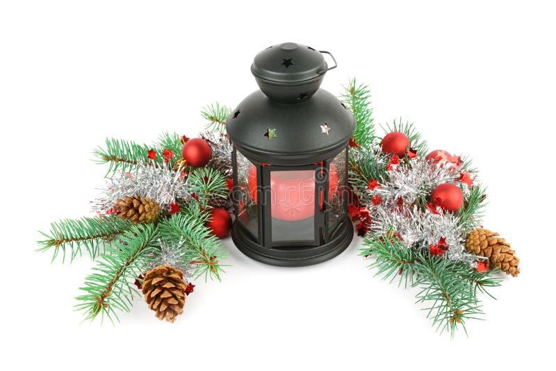 Ornamento brilhantes, lanterna da mão e ramos spruce isolados em w imagem de stock