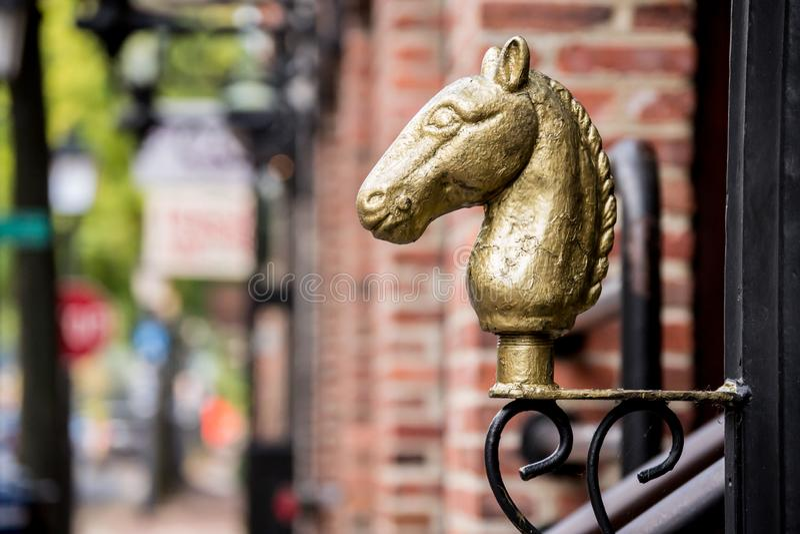 Ornamento capo d'ottone dorato del cavallo in città storica Alexandria Virginia immagini stock