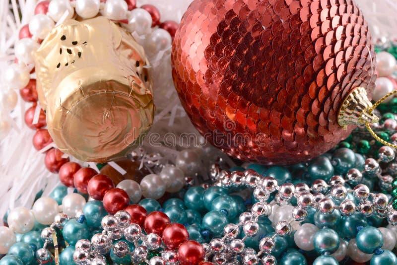 Ornamento, champanhe, pérola e bolas bonitos como uma decoração do ano novo fotos de stock royalty free