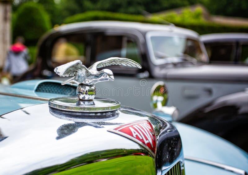 Ornamento da capa da prata de Alvis Car e mascote do carro imagens de stock