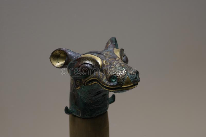ornamento de bronze Horsehead-dado forma da biga embutido com o ouro e a prata fotografia de stock