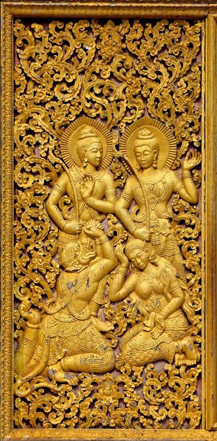 Ornamento de Budhist em uma porta dourada fotografia de stock royalty free