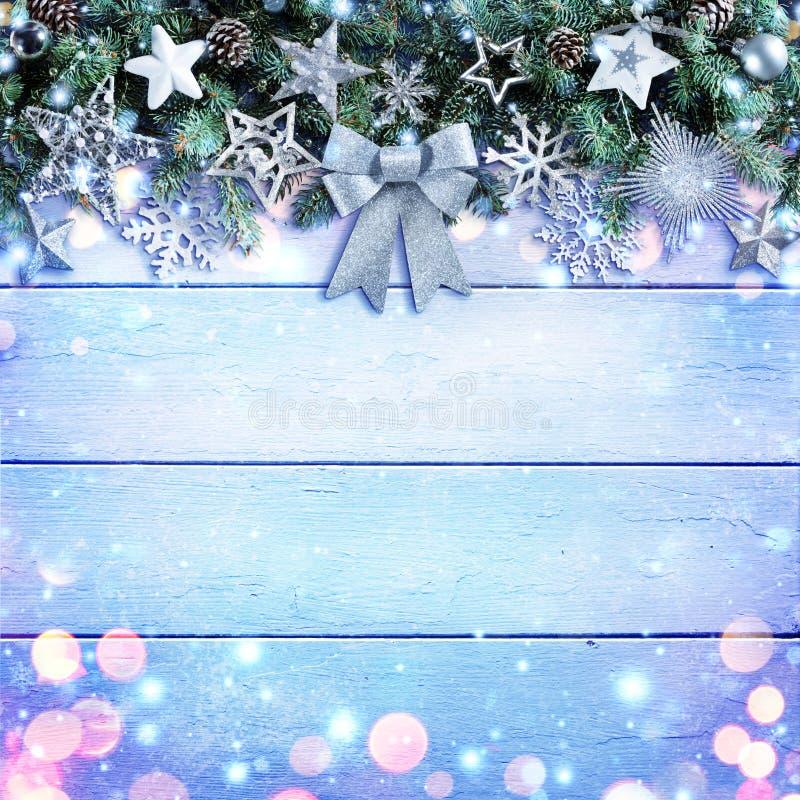 Ornamento de Garland With Bow And Silver de la Navidad en fondo de madera imagen de archivo libre de regalías