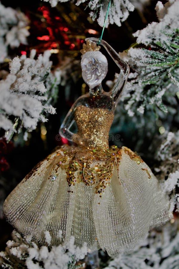 Ornamento de la bailarina del oro fotografía de archivo