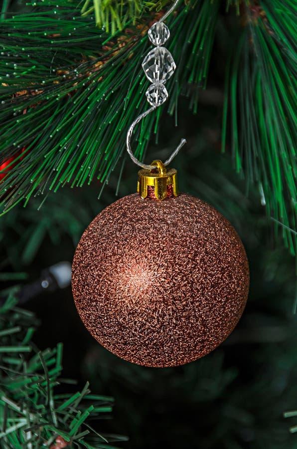 Ornamento de la ejecución del árbol de navidad, globo de bronce, cierre para arriba fotografía de archivo