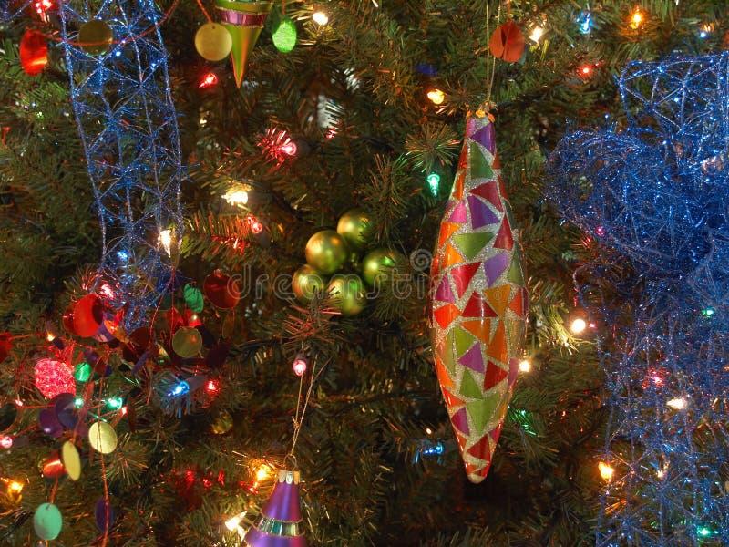 Ornamento de la lágrima en árbol fotografía de archivo libre de regalías