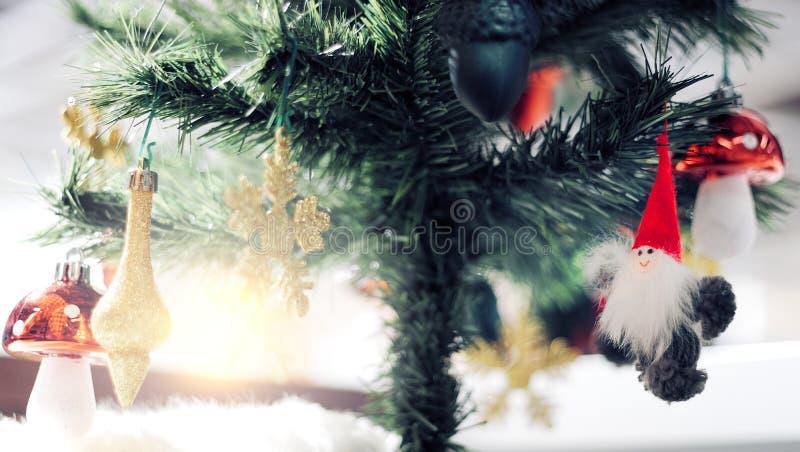 Ornamento de la Navidad con los copos de nieve del oro, bajo árbol de pino, Feliz Navidad y Feliz Año Nuevo fotografía de archivo libre de regalías