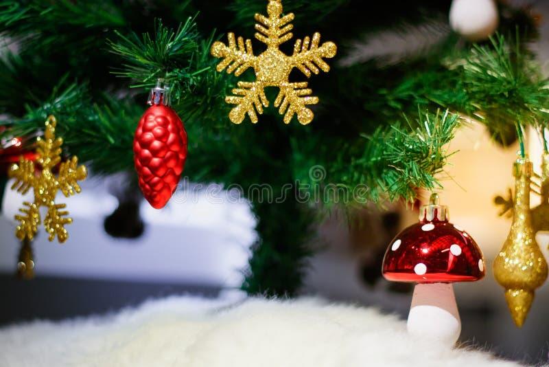 Ornamento de la Navidad con los copos de nieve del oro, el cono del pino rojo, la Feliz Navidad y la Feliz Año Nuevo foto de archivo libre de regalías