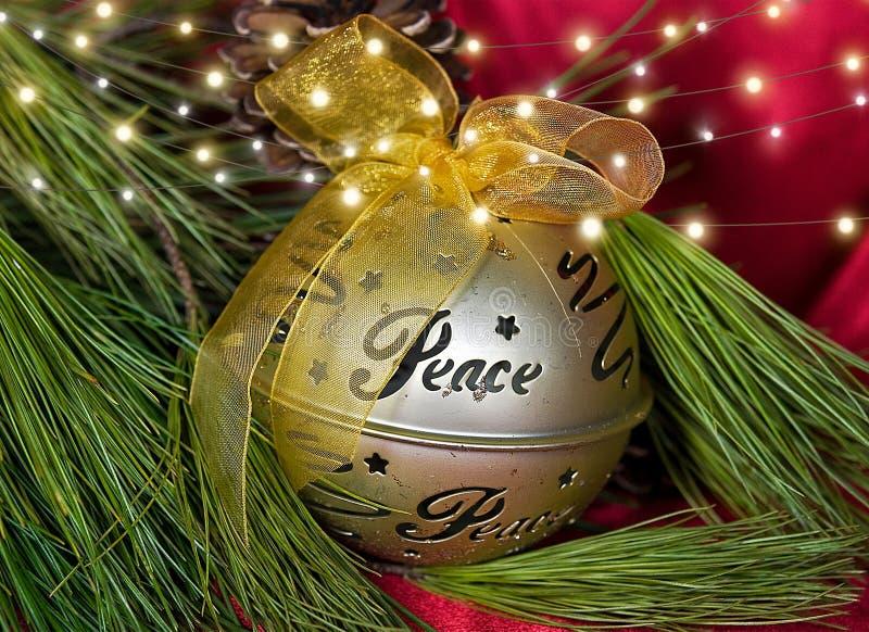 Ornamento de la Navidad del oro con paz de la palabra fotografía de archivo