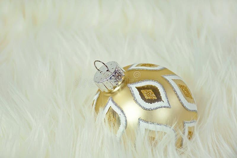 Ornamento de la Navidad del oro en piel imágenes de archivo libres de regalías