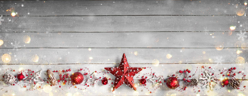 Ornamento de la Navidad en fila en el vintage de madera imagenes de archivo