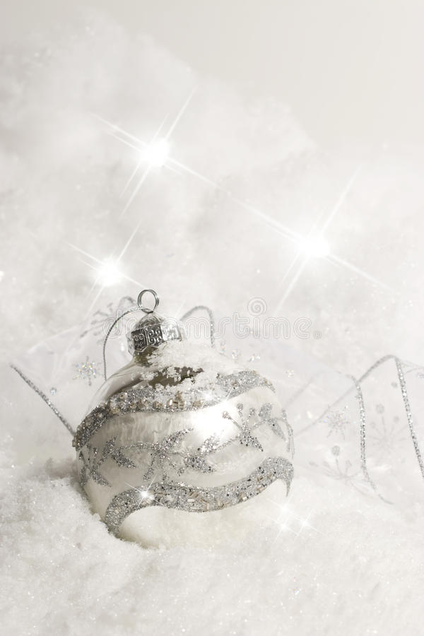 Ornamento de la Navidad en la nieve - vertical foto de archivo