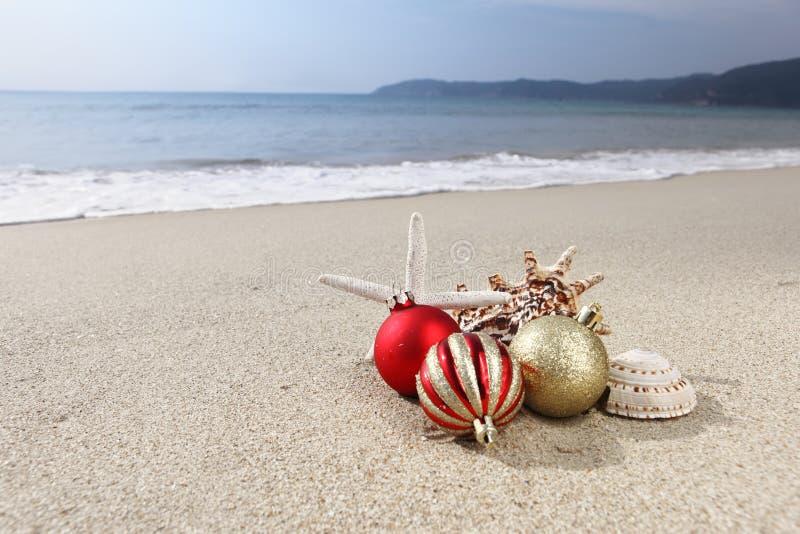 Ornamento de la Navidad en la playa imágenes de archivo libres de regalías