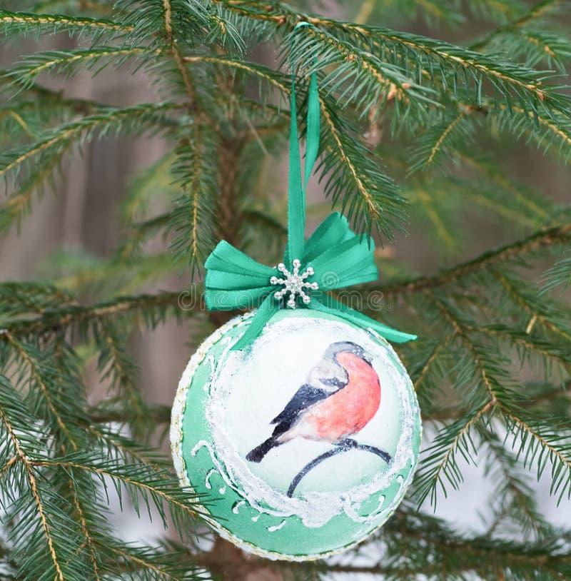 Ornamento de la Navidad - una bola en un árbol de navidad en un bosque del invierno foto de archivo libre de regalías
