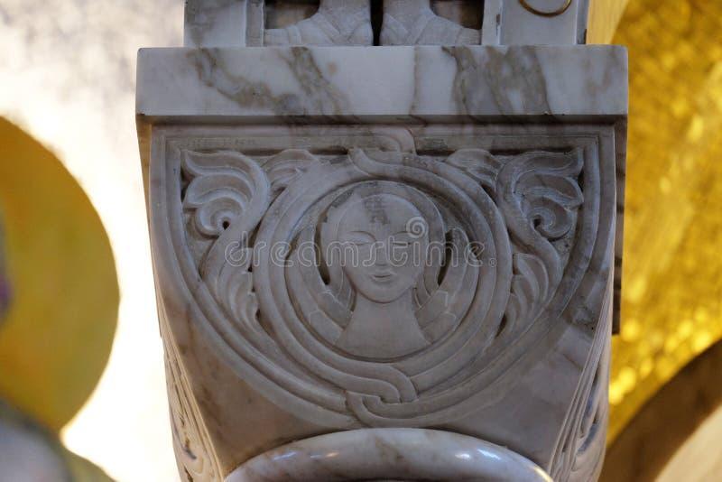 Ornamento de pedra cinzelado da coluna na igreja de Saint Blaise em Zagreb imagem de stock royalty free