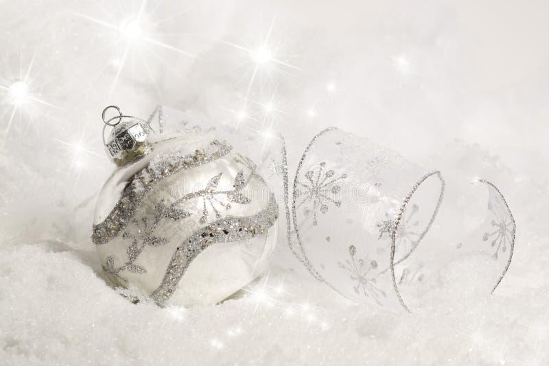 Ornamento de plata de la Navidad en nieve imagen de archivo libre de regalías