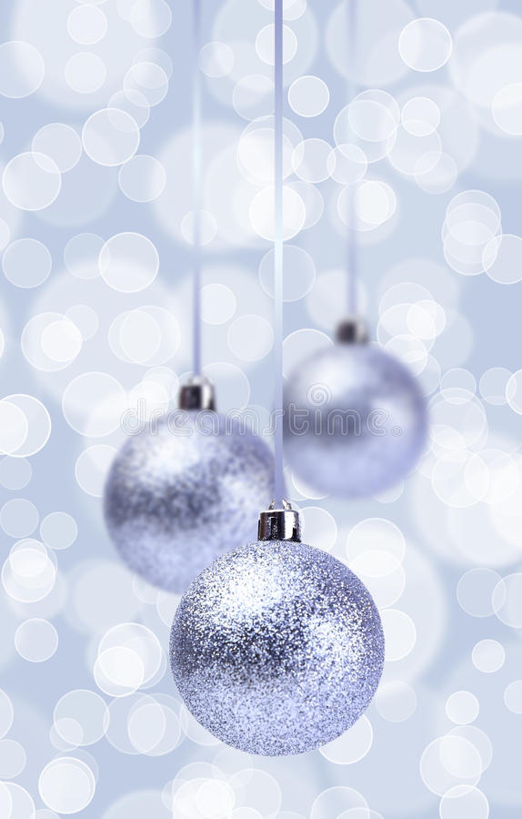 Ornamento de plata de las bolas de la Navidad sobre Grunge elegante foto de archivo libre de regalías