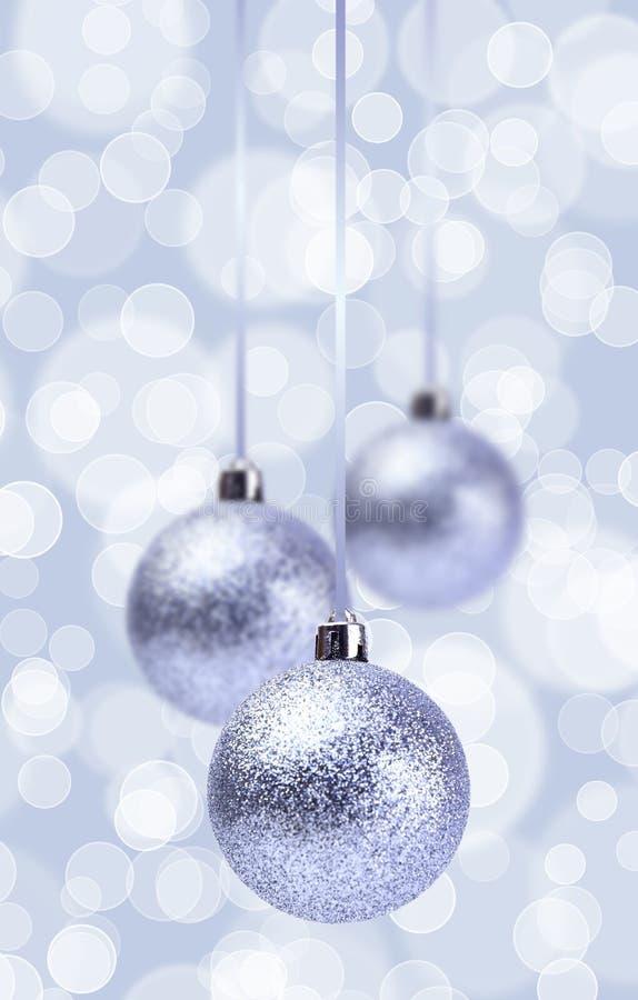 Ornamento de prata das bolas do Natal sobre o Grunge elegante foto de stock royalty free