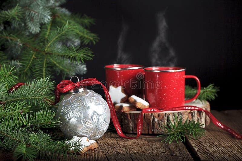 Ornamento de prata do Natal com bebidas quentes imagem de stock royalty free