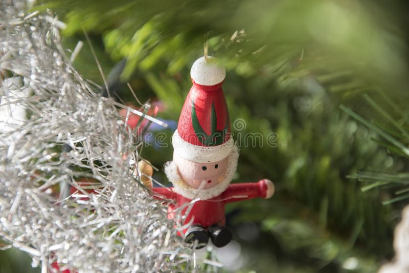 Ornamento de Santa Claus que pendura na árvore de Natal Fim bonito fotos de stock royalty free