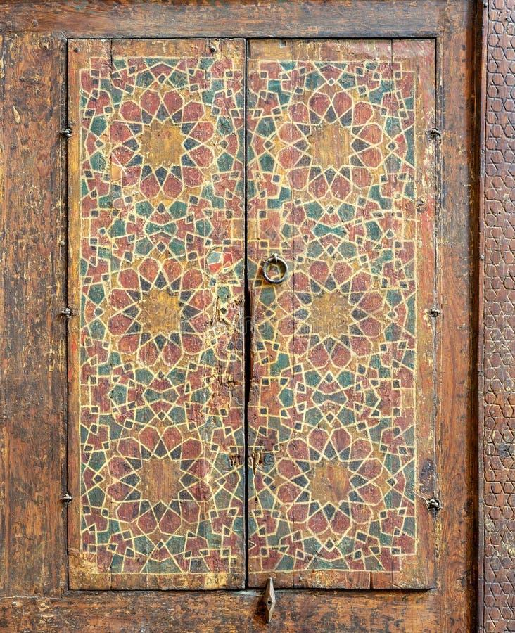 Ornamento de um armário de madeira pintado com os testes padrões geométricos coloridos encaixados nas paredes de Sultan al Ghuri  fotos de stock royalty free