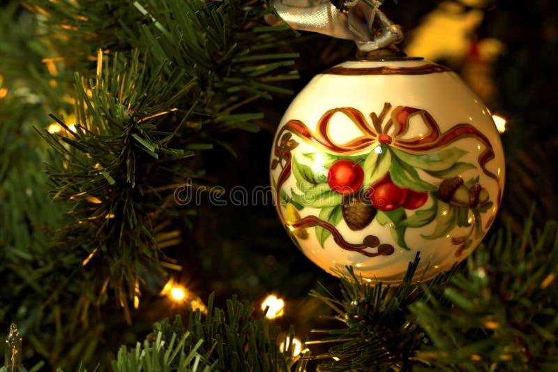 Ornamento del árbol de navidad en árbol imagenes de archivo