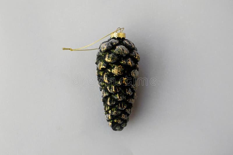 Ornamento del cono del pino del vintage de la Navidad en el papel gris, endecha plana Juguete de cristal del vintage elegante, es foto de archivo libre de regalías