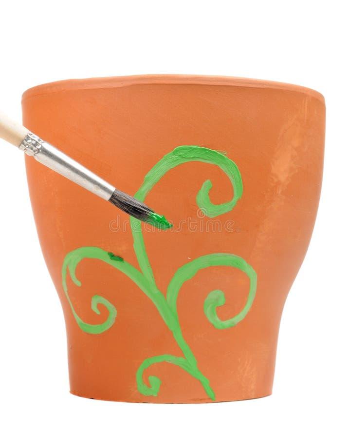 Ornamento della pittura della spazzola sul POT di fiore dell'argilla fotografia stock