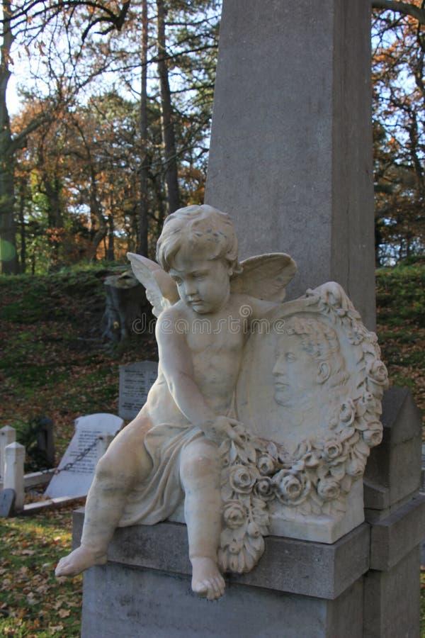 Ornamento della tomba di angelo custode fotografia stock libera da diritti