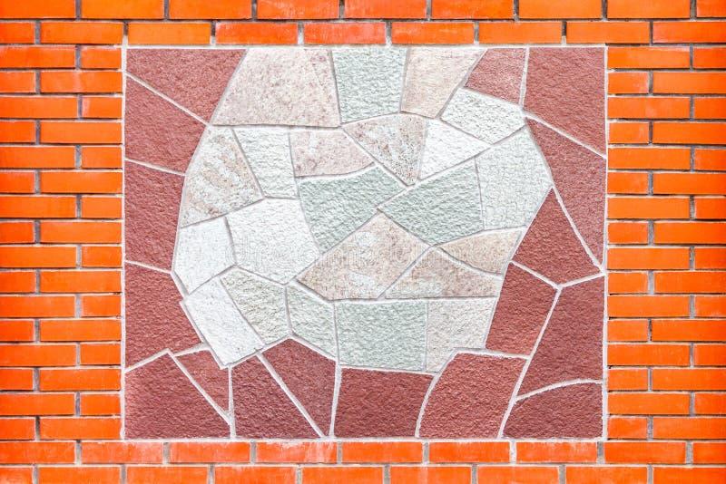 Ornamento delle mattonelle differenti decorative su una parete del mattone rosso immagine stock libera da diritti