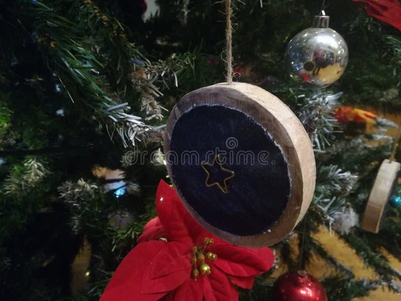 Ornamento di legno dell'albero di Natale sulle foglie del pino fotografie stock