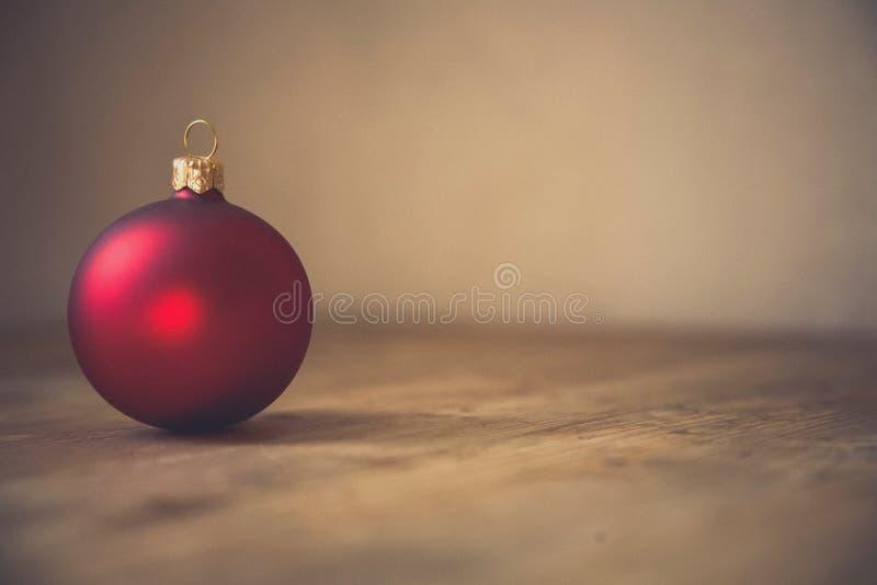 Ornamento di Natale di colore rosso per la decorazione fotografie stock libere da diritti