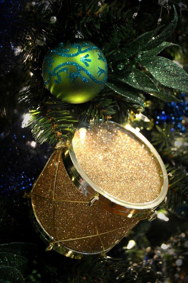 Ornamento di Natale del tamburo dell'oro immagine stock libera da diritti