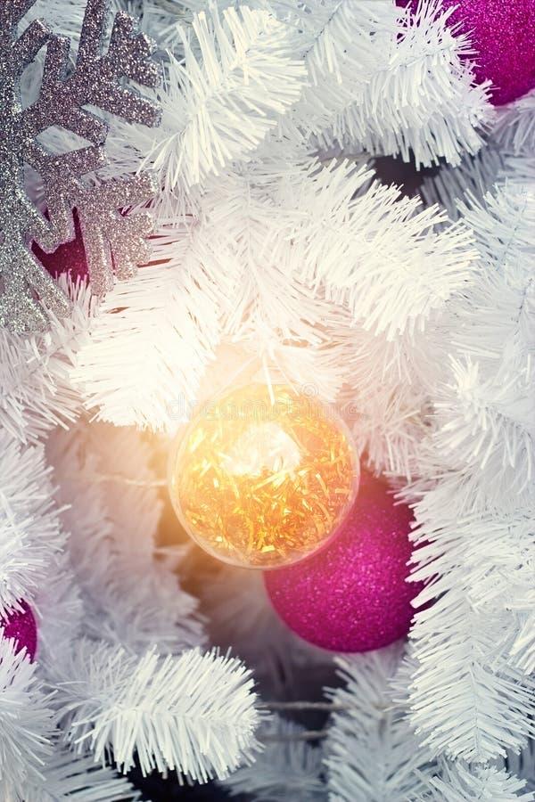 Ornamento di natale ed albero astratti di natale bianco nell'illuminazione immagini stock libere da diritti